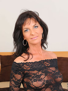 Horny cougar Sarah Bricks really loves sucking cock and rides on it on the bed really good