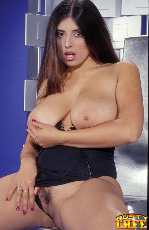 kerry marie shows her huge tits - mobile porn movies