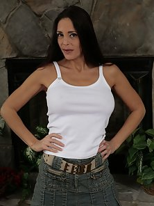 Hot fit brunette mom shows off her manual dexterity