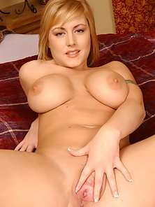 Velicity Von shows off her big natural breasts