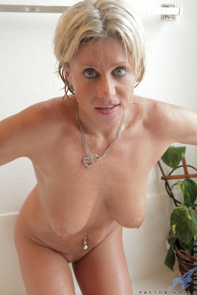 Anilos Cougar Gets Wet In The Tub And Slides A Toy In Her -7587