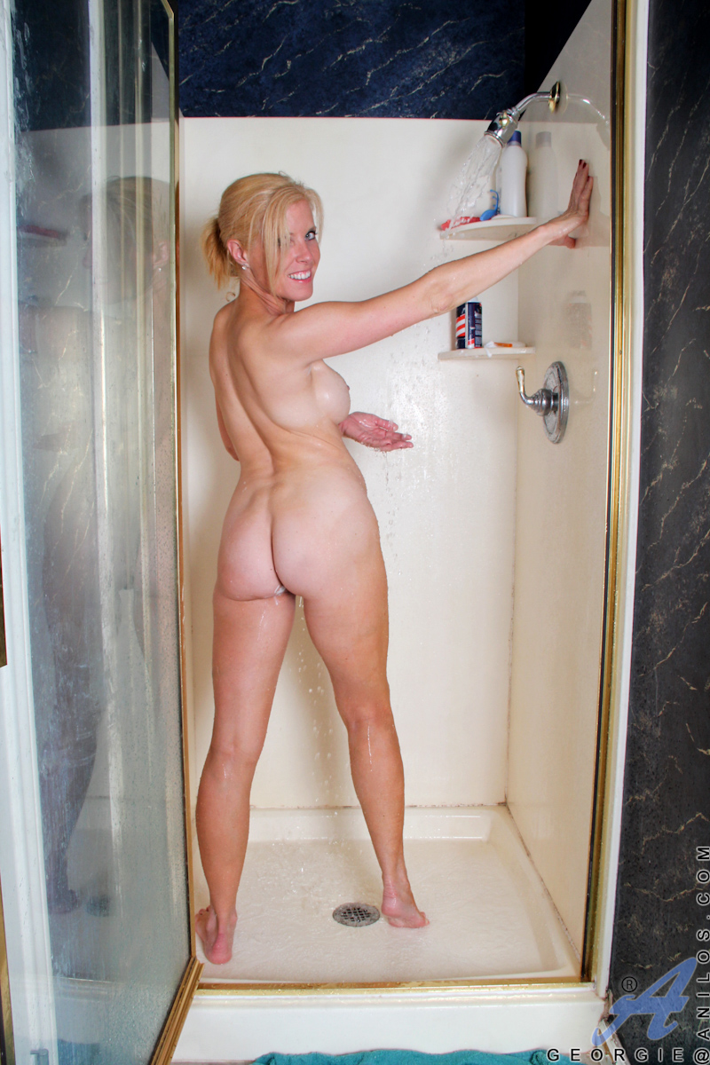 Mature blonde shaving in the bath
