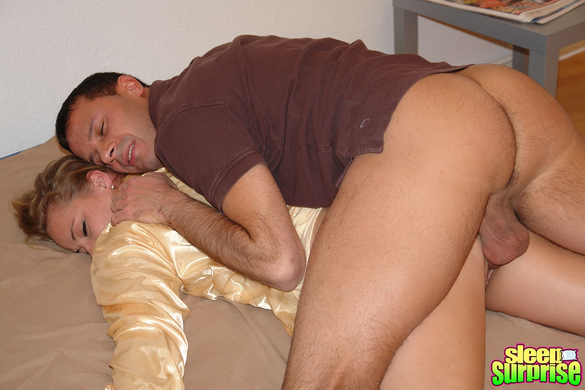 A young man fucks mom pussy when she is sleeping