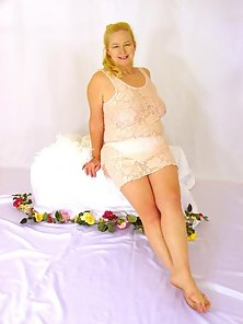 Nice glamour shots of mature plump blonde poser