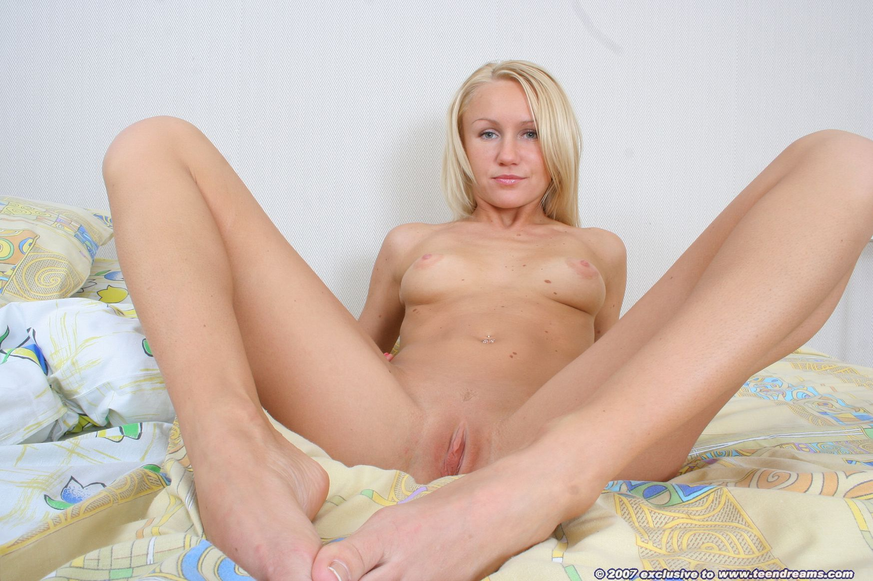 Hot blonde spreading her sweet pussy - Mobile Porn Movies