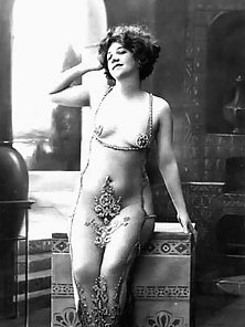 Burlesque ladies from the twenties showing their fresh body