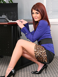 Redhead babe Dahlia Denyle crammed with cock from both ends