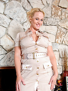Alluring blonde babe Dee Siren rides the sybian until she creams all over herself