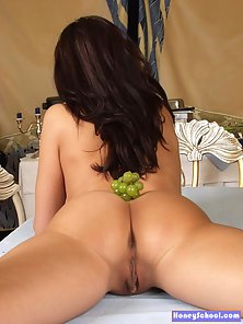 Sexy brunette girl eating grapes and spreads her clit in these nude pics