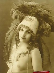 Real vintage women with big hats from the twenties posing