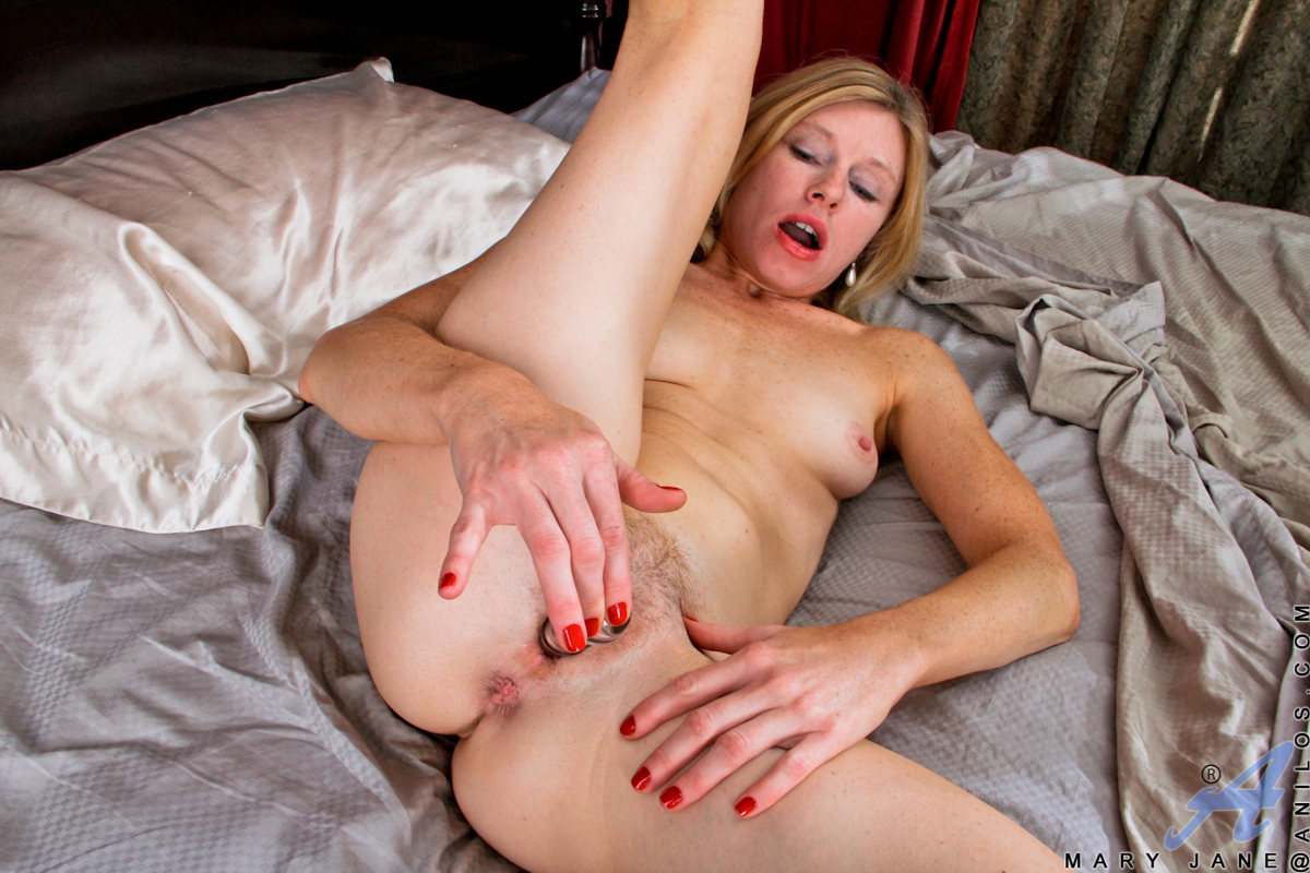 anilos mary jane pummels her wet cougar pussy with a solid glass