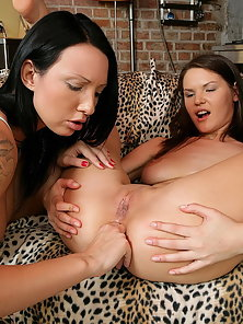 Barely legal lesbian Sunny and Katusha fingering