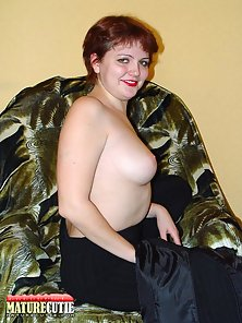 Yummy mature chick posing naked and showing sweet pussy