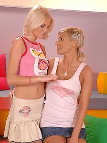 Blonde teens Eve and Wiska fingering each other