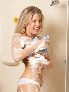 Australian babe takes a nice soapy shower