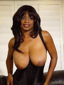 Big tit ebony babe in stockings posing on couch