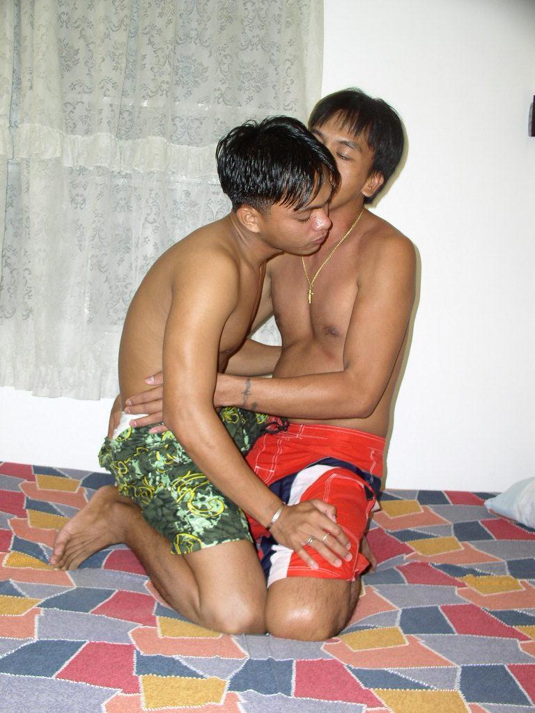 Threesome twinks in the bed