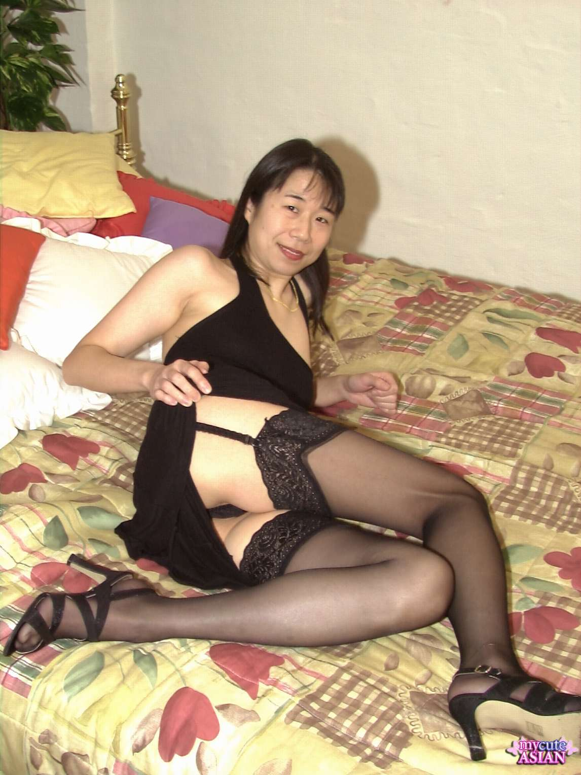 Asian milf fingers her pussy