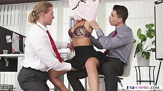 Office stud pussyfucking during bi threeway